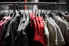färger fashion röda skjortor t Royaltyfri Fotografi