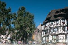 Färger, hus och folkreflexioner på waterwen Royaltyfri Bild