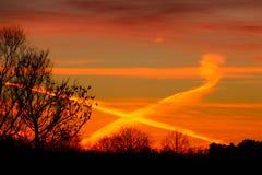 Färger korsar aftonhimlen Arkivfoto