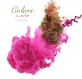 Färger och färgpulver i vatten abstrakt bakgrund Arkivbilder