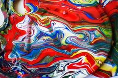 Färger spillde över en palett royaltyfria bilder