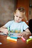 färger tecknar flickaexponeringsglas little royaltyfria bilder