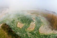Färgerna av den vulkaniska källan i Rupiten, Bulgarien Arkivbild
