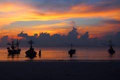 Färgerna av himlen och havet, den stillsamma skymningen och fartyget som parkeras av havet royaltyfri bild