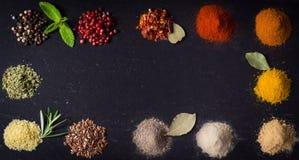 Färgerna av kryddor Arkivfoto