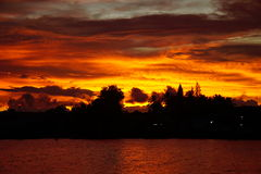 Färgerna av solnedgånghimlen på kusten av revor, Surat Thani, Thailand Royaltyfria Bilder