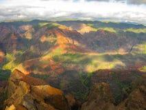 Färgerna av waimeakanjonen på solnedgången, hawaii royaltyfri foto