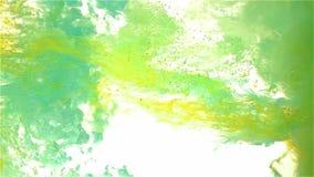 Färgfärgpulverdroppe i vatten 1+1=3 tänder - blått som är cyan, guling stock video