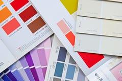 Färgfandiagram, bok, katalog och kort för husmålarfärg royaltyfri foto