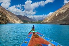 Färgfartyg och härligt landskap på attabadsjön Royaltyfria Foton
