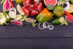Färgfrukter och grönsaker på vit bakgrund ny mat Samling royaltyfria bilder