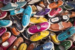 Färgglad bakgrund av läder skor Royaltyfria Foton