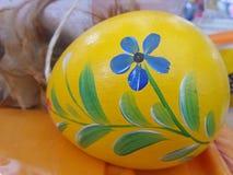 Färgglad blomma som målas på påskägg Arkivfoton