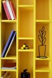 Färgglad bokhylla i barnrum Royaltyfri Foto