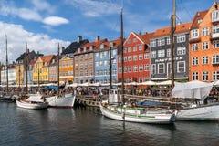 Färgglad fasad och gamla skepp längs den Nyhavn kanalen arkivfoto