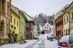 Färgglad gata i Sighisoara, Rumänien Arkivfoton
