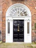 Färgglad georgisk dörr i den Dublin staden, Merrion fyrkant, Irland arkivfoto