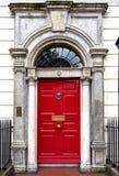 Färgglad georgisk dörr i den Dublin staden, Merrion fyrkant, Irland royaltyfri bild