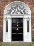 Färgglad georgisk dörr i den Dublin staden, Merrion fyrkant, Irland fotografering för bildbyråer