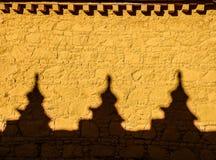 Färgglad gul vägg med skuggor på samyekloster, Tibet royaltyfri foto