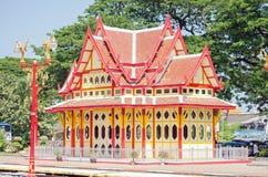 Färgglad järnvägsstation, Hua Hin, Thailand Arkivbild