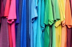 Färgglad kläder som hänger abstrakt texturbakgrund Royaltyfri Foto