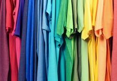 Färgglad kläder som hänger abstrakt texturbakgrund Royaltyfri Fotografi