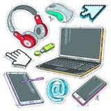 Färgglad klistermärkedator, internetpekare, hörlurar och bärbar dator Arkivfoton