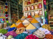 Färgglad kryddasouk på medina, marrakech, Marocko Arkivfoto
