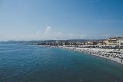 Färgglad kustlinje - Nice, Frankrike royaltyfria bilder