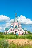 Färgglad kyrklig byggnad Arkivbild