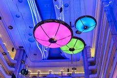 Färgglad ledd hängande belysning arkivfoto