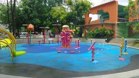 Färgglad lekutrustning childten på lekjordning Arkivbilder