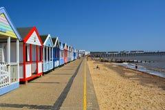 Färgglad linje av den strandkojor och pir Royaltyfri Bild
