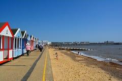 Färgglad linje av den strandkojor och pir Fotografering för Bildbyråer