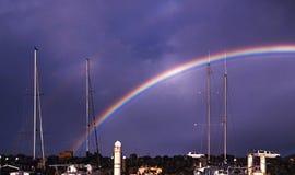 Färgglad livlig strandregnbåge i en violett himmel Royaltyfria Bilder