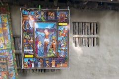 Färgglad målning inställd från lera gjorde väggen i den Pingla byn Arkivfoton