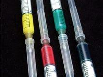 färgglad medicinsk injektionsspruta arkivfoton