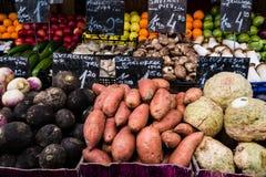 Färgglad ny frukt och grönsaker på skärm i gatamarknad Fotografering för Bildbyråer