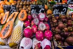 Färgglad ny frukt och grönsaker på skärm i gatamarknad Arkivfoton