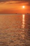 Färgglad och härlig solnedgång på den Manila fjärden Arkivfoto