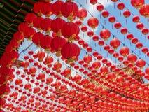 Färgglad röd markis av kinesiska lyktor på den Thean Hou templet i Kuala Lumpur Arkivfoto