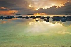 Färgglad solnedgång med strålen av ljus på horisonten Royaltyfri Foto