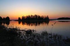 Färgglad solnedgång nationalpark över Astokin för sjön, älgö, Alberta royaltyfri bild