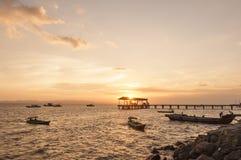 Färgglad solnedgång på Tawau port, Sabah, Malaysia royaltyfria foton