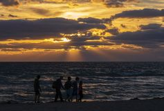 Färgglad soluppgång på stranden royaltyfri foto