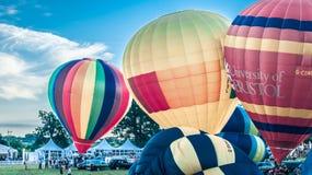Färgglad stigning av ballonger arkivbilder