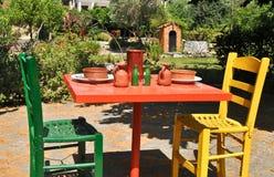 Färgglad tabell och stolar Arkivbilder