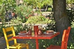 Färgglad tabell och stolar Royaltyfri Fotografi