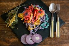 Färgglad tagliatelle med kryddor på trätabellen arkivfoton